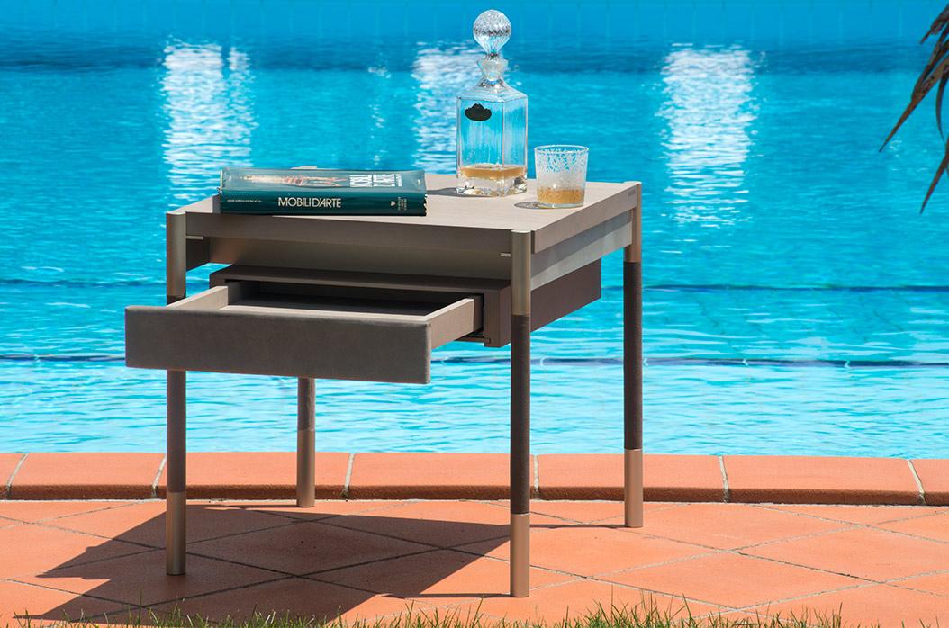 Soffio-tavolino-in-acero-sbiancato-alluminio-e-pelle-lifestyle