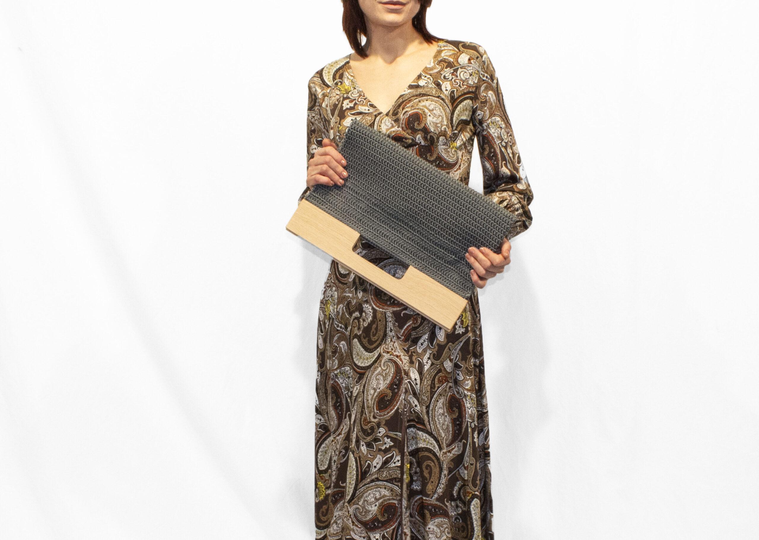 SAYAH-borsa-tote-lavorata-a-maglia-color-grigio-by-disegnopiù-Alena-Ianko(2)